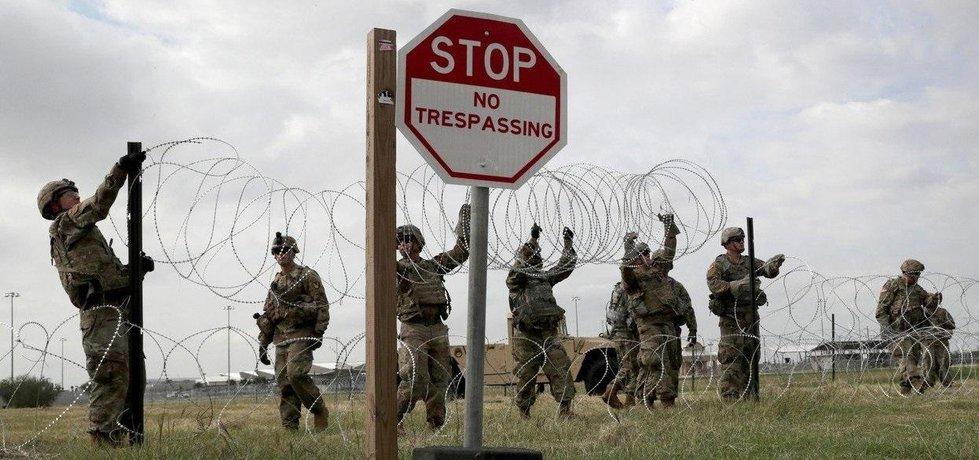 Americká armáda natahuje ostatný drát v Texasu na hranici s Mexikem.