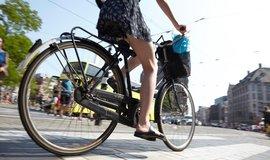 Žena na kole, ilustrační foto