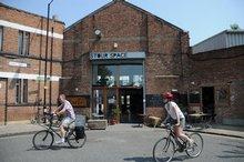 Rozhodnutí britského hlavního města postavit právě tady, ve čtvrtích Hackney, Stratford a Newham většinu staveb pro letošní olympiádu čtvrť zvedlo. V bývalých skladištích v Hackney jako houby po dešti vyskákaly kavárny městského typu.
