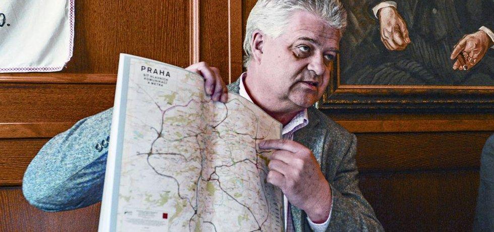Ladislav Pivec byl pověřen vedením TSK. Policie ho podezřívá z přijímání úplatků. On sám ani TSK kauzu nekomentují. Zmanipulovaných mohlo být až čtyřicet tendrů.