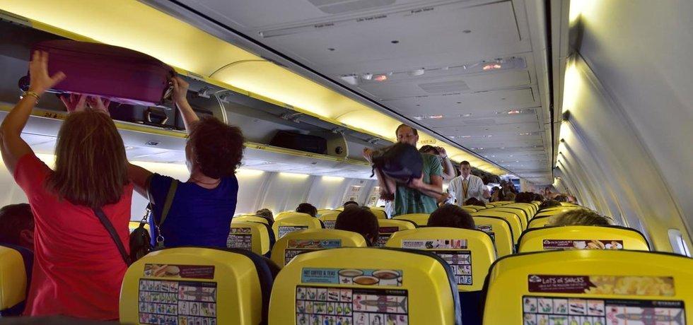 Ryanair bude přísněji hlídat zavazadla. Jejich místo na palubě navíc garantuje jen prvním devadesáti cestujícím.