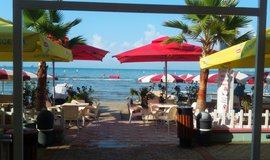 Hotely v Durrës mívají většinou svou soukromou pláž. O sobotách a nedělích však její třetinu musí rezervovat pro místní obyvatele. (autor: Miroslav Tryner, Euro.cz)