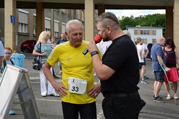 Pro Thomayerku běžel i prof. Jan Pirk (na snímku s moderátorem akce Josefem Melenem).