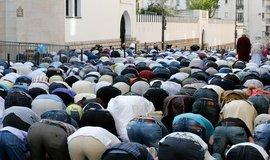Vyznavači Islámu při modlitbě před Velkou mešitou v Paříži