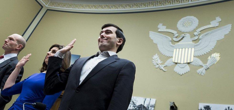 """Na koberečku. Na jaře roku 2016 si Shkreliho pozvali na kobereček kongresmani. Cestou ze slyšení tweetoval, že """"je těžké uvěřit, že tihle imbecilové představují vládu USA""""."""