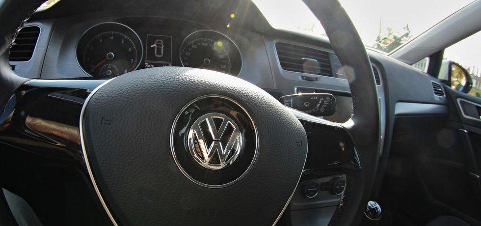 Kabina vozu Volkswagen s pohledem na volant