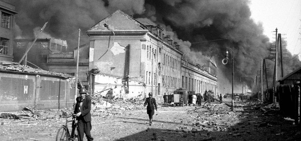 Bomby a soudy. Budovu, o kterou jde ve vleklém restitučním sporu, poškodil v březnu 1945 americký nálet na Prahu. V roce 1948 ji komunisté zabavili a demokratické soudy nebyly schopné ani za 27 let definitivně rozhodnout.