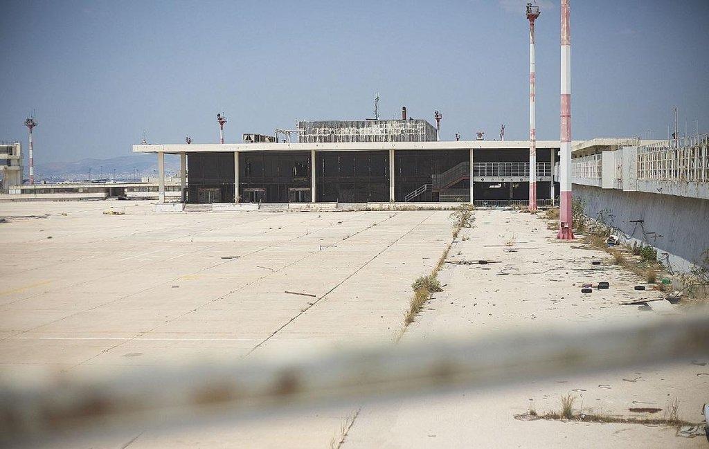 Chátrající letiště Hellinicon v Athénách. Letištní plocha.