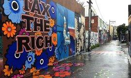 """""""Zdaňte bohaté"""" Malba umělkyně Megan Wilsonové na ulici v San Francisku (Zdroj: victorgrigas via Wikimedia Commons; CC BY-SA 3.0)"""
