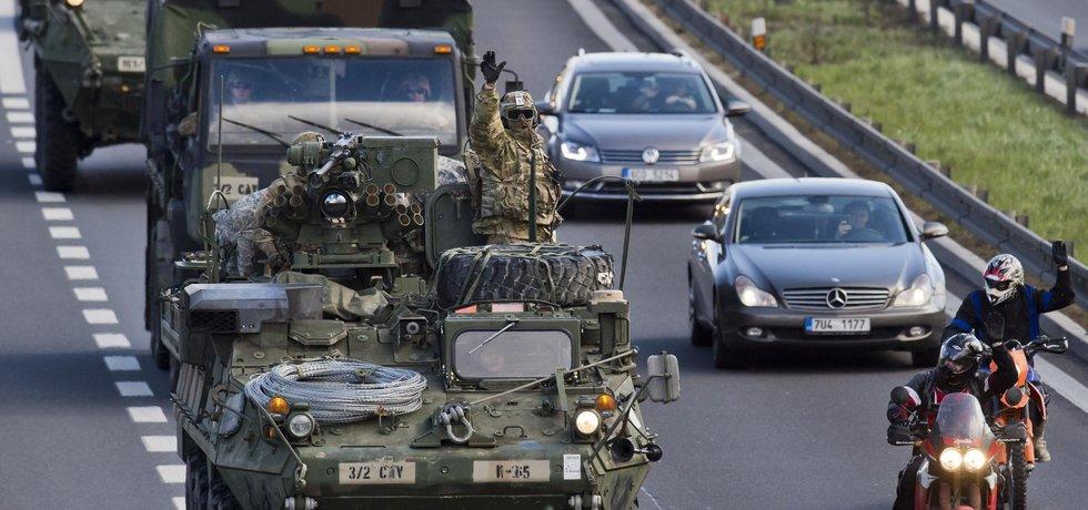 Do Prahy přijel 30. března americký konvoj jedoucí ze cvičení v Pobaltí na základnu v bavorském Vilsecku. Vojáci přenocují v ruzyňských kasárnách a 1. dubna ráno by měli pokračovat do Německa. Takzvaná Dragounská jízda přes šest zemí má demonstrovat podporu americké armády evropským spojencům v NATO, kteří se cítí ohroženi ruskou agresí vůči Ukrajině.