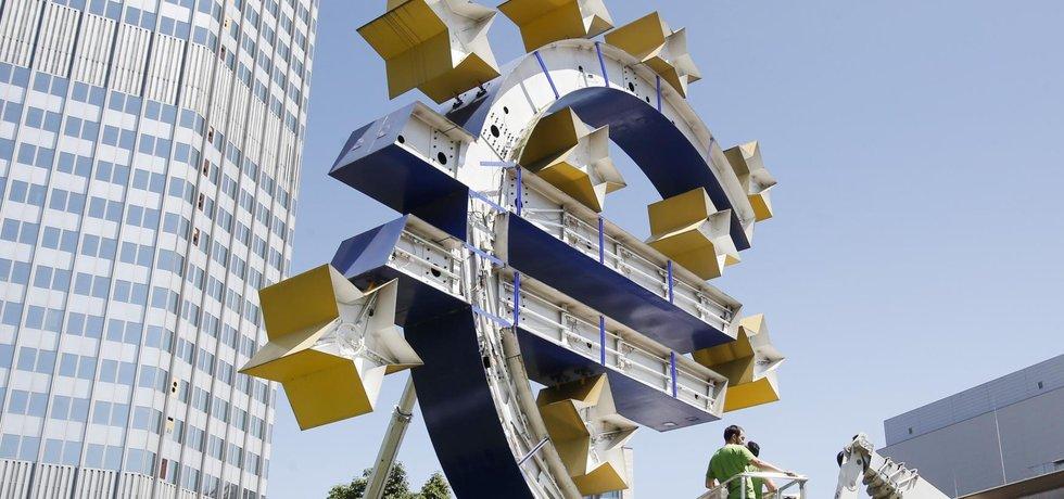Renovace symbolu eurozóny před sídlem ECB ve Frankfurtu