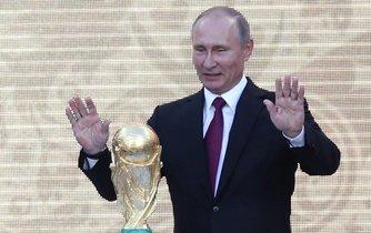 Putinův šampionát. Ruský prezident si chce fotbalovým mistrovstvím světa udělat reklamu, ve světě sílí hlasy volající po jeho bojkotu.