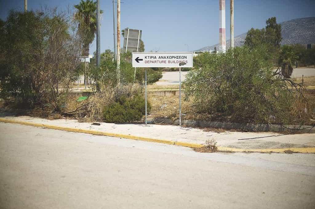 Chátrající letiště Hellinicon v Athénách. Ukazatel k odletové hale.