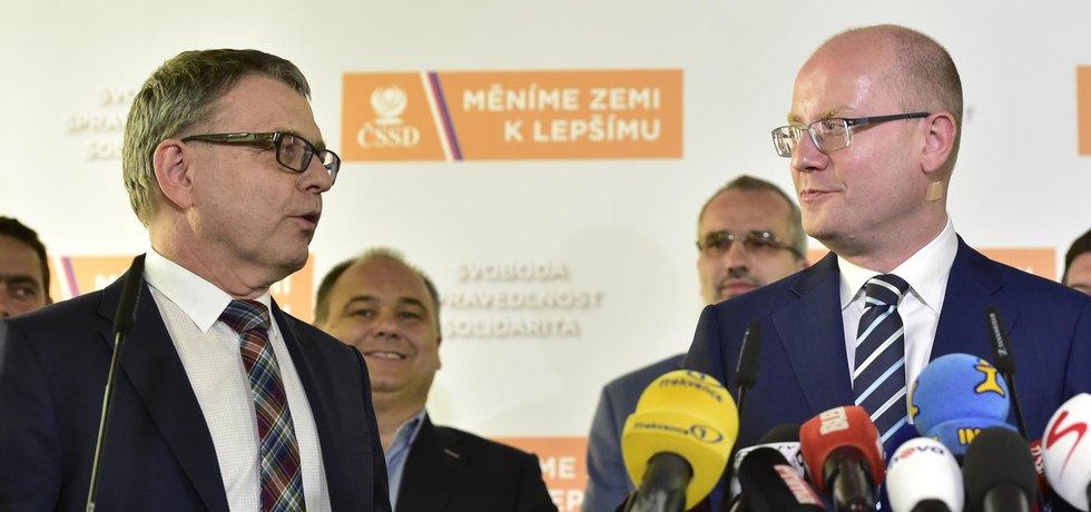 Místopředseda ČSSD a ministr zahraničních věcí Lubomír Zaorálek a premiér Bohuslav Sobotka