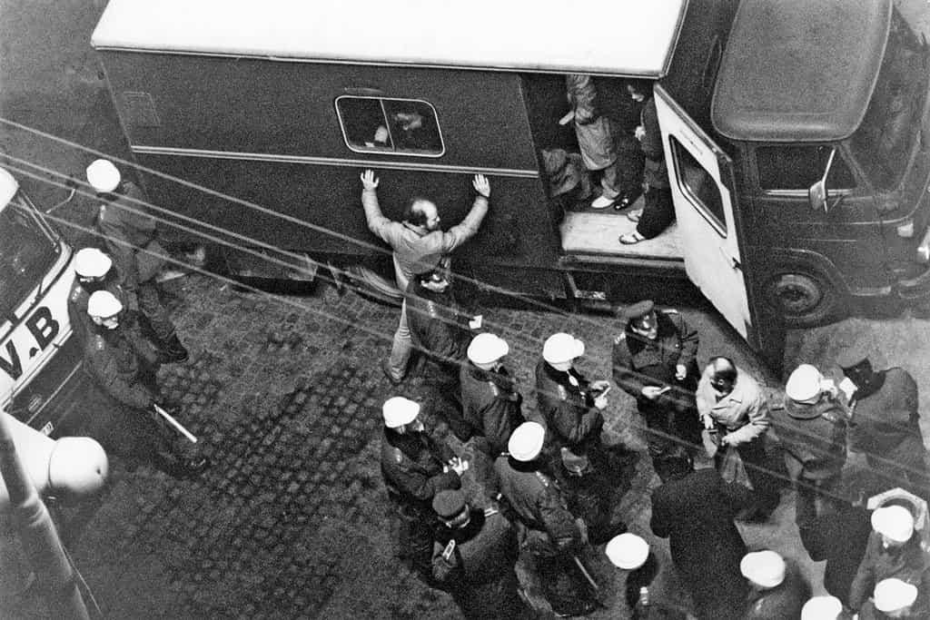 Předehra revoluce, 15.–20. ledna 1989. Dny vstoupily do dějin jako takzvaný Palachův týden. Sérii demonstrací u příležitosti dvacátého výročí skonu upálivšího se studenta byly brutálně potlačovány policí a lidovými milicemi. V reakci na postup režimu vznikla petice Několik vět.