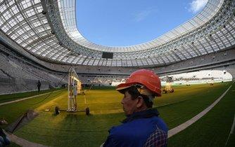 Na modernizovaném moskevském stadionu Lužniki probíhají dokončovací práce. Příští rok se na něm bude konat finále mistrovství světa