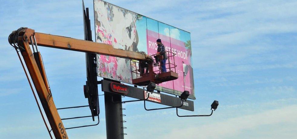 Billboardy od dálnic zmizí. Ilustrační foto