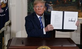 Donald Trump prezentuje memorandum o odstoupení od dohody s Íránem