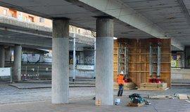 Podepření mostu u stanice metra Vltavská