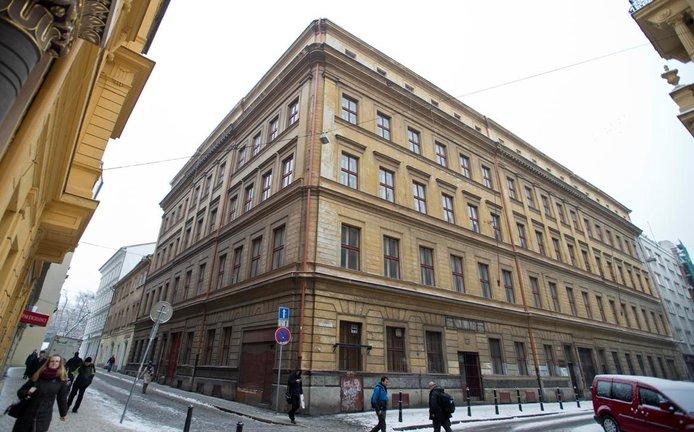 Historický dům na rohu ulic U Půjčovny a Jeruzalémské v Praze. Kdysi zde sídlil Tuzex