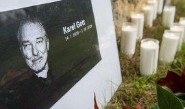 Pietní místo k úmrtí Karla Gotta u kostela Nanebevzetí Panny Marie v Doubici na Děčínsku