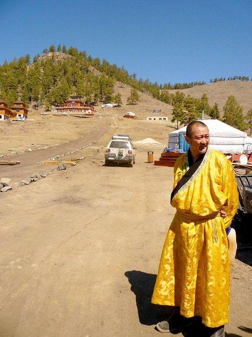 Lama Ganchugiyn Purevbat je místní celebrita. Staví chrámy, sbírá kuriozity a vede výtvarnou školu. Jeho žáci z řad podnikatelů jsou zároveň mecenáši.