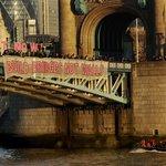 """V Londýně odpůrci Donalda Trumpa vyvěsili na Tower Bridge transparent """"stavme mosty, ne zdi"""""""