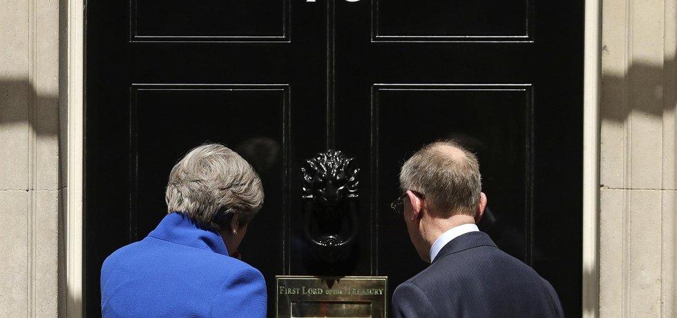 Britská premiérka Theresa Mayová vstupuje po mimořádných volbách do pracovny v Downing street