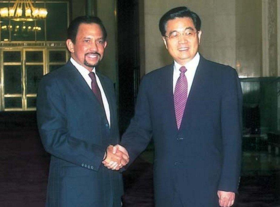 Hassanal Bolkiah s čínským prezidentem Chu Ťin-tchao v roce 2004.