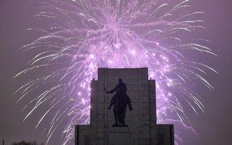 Prahu ozářil tradiční novoroční ohňostroj