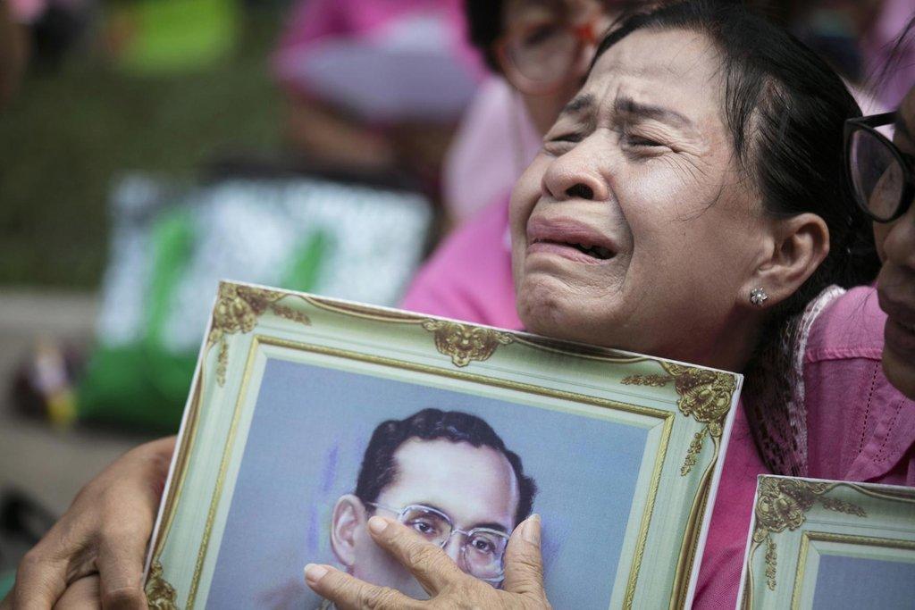 Thajka pláče kvůli úmrtí krále Pchúmipchona Adundéta.