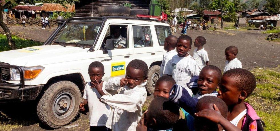 Děti v Kongu před automobilem charitativní organizace