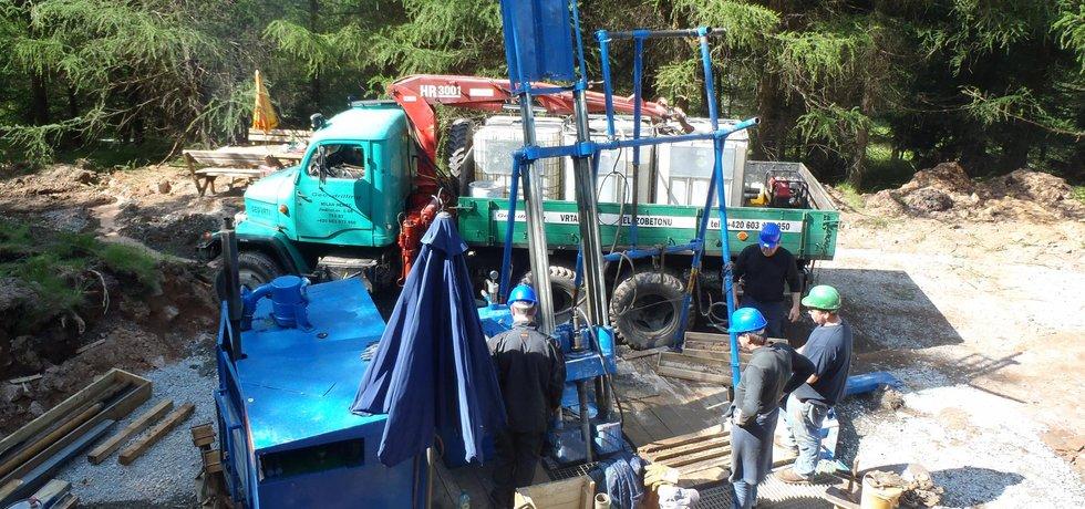 Cínovec: vrtání průzkumných vrtů Geometu v létě 2014.