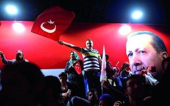 Erdogana lze považovat za autoritářskou úchylku stejně jako za symptom nemocné demokracie na celém světě.