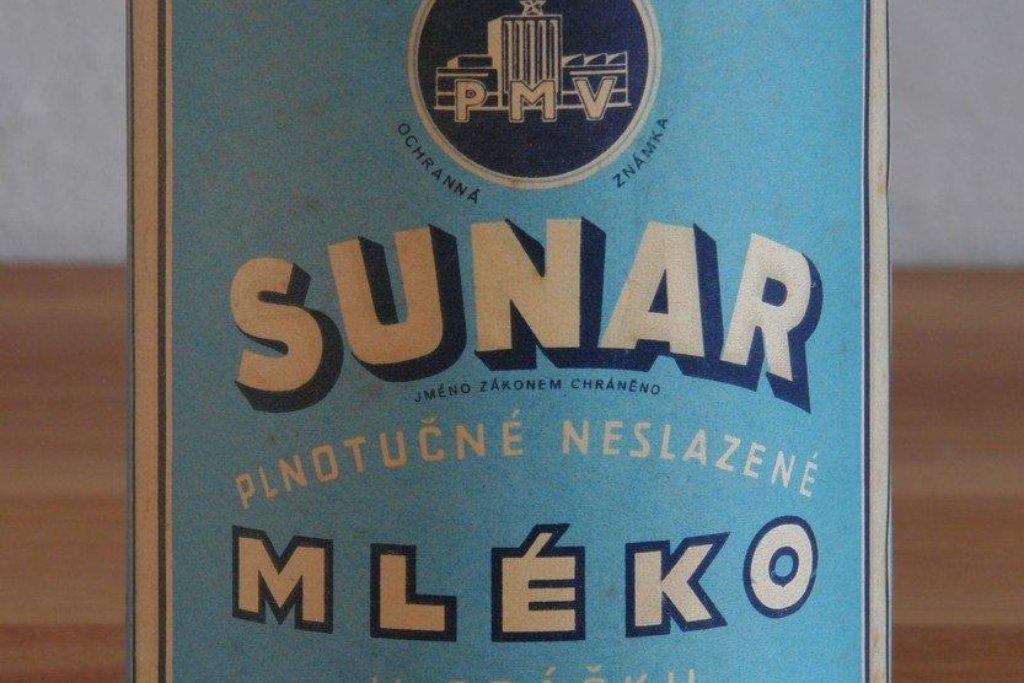 """Kojenecká výživa Sunar získala své jméno ze slov """"sušené národní"""" a na trhu se objevila v roce 1950. Už řadu let se však nevyrábí v Česku, naposledy proběhl přesun z Británie do Švédska. V tuzemsku je však stále nesmírně populární a v rámci sortimentu kojenecké potravy patří mezi nejprodávanější."""