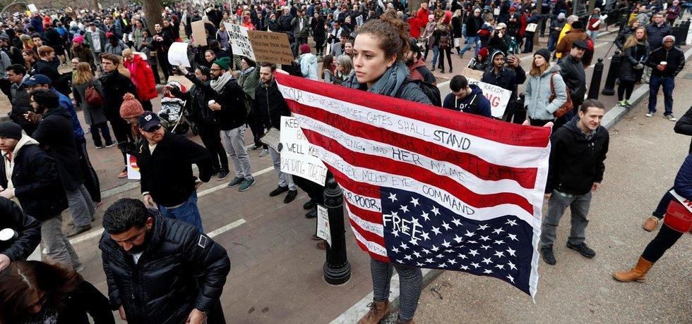 Protesty ve Washingtonu proti příkazu, kterým Donald Trump zakázal vstup do USA obyvatelům sedmi muslimských zemí