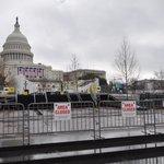 Ani deštivé počasí, které tento týden ve Washingtonu panuje, nezastavilo přípravy na páteční inauguraci prezidenta Donalda Trumpa. V centru města vyrostly kilometry ochranných plotů.