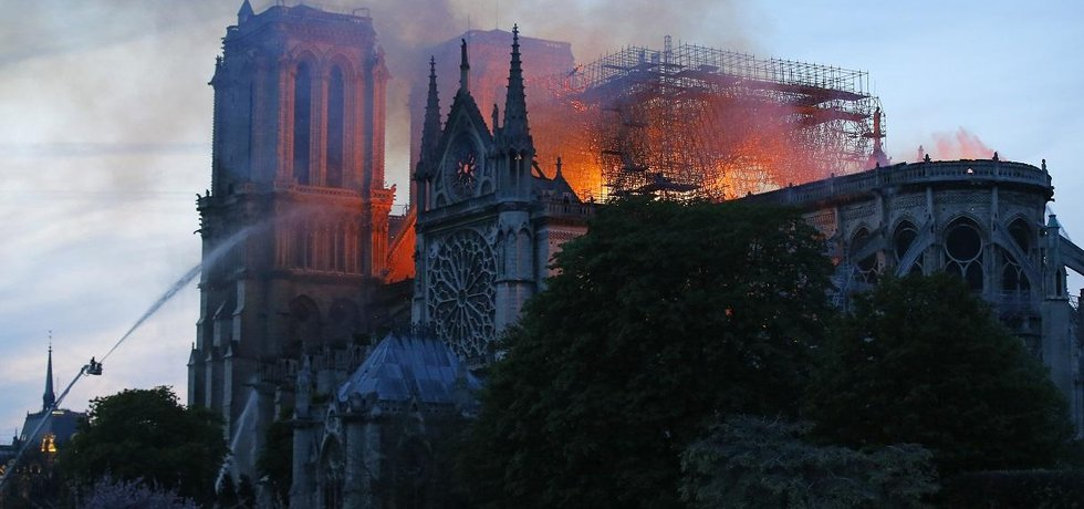 Požár pařížské katedrály Notre-Dame se podařilo dostat pod kontrolu a částečně uhasit