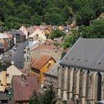 Kde jste kdo? Výhled ze zříceniny krupského hradu na hlavní lákadla města.