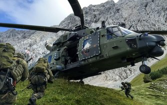 Cvičení německé armády s víceúčelovým vrtulníkem NH90