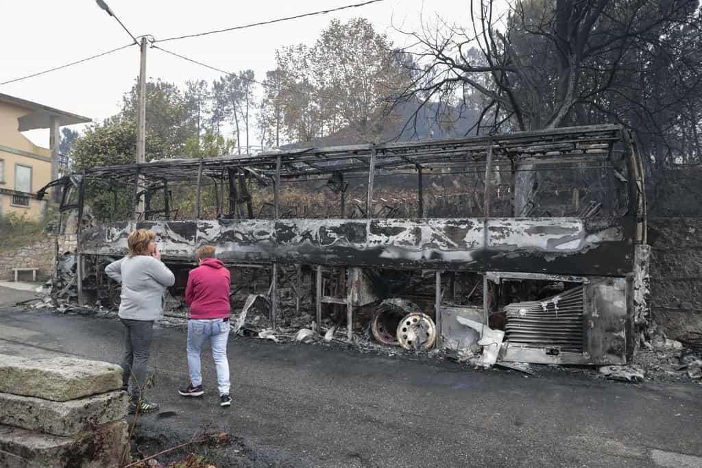 Místní obyvatelé obhlížejí vyhořelý autobus ve městě  Chandebrito, v Galícii na severozápadě Španělska