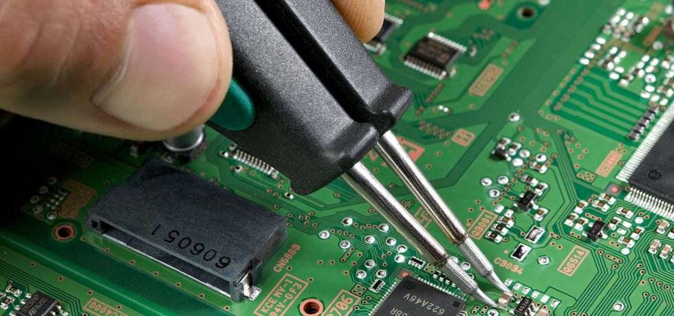 Výroba čipů (Aisart via wikimedia commons CC BY-SA 3.0)