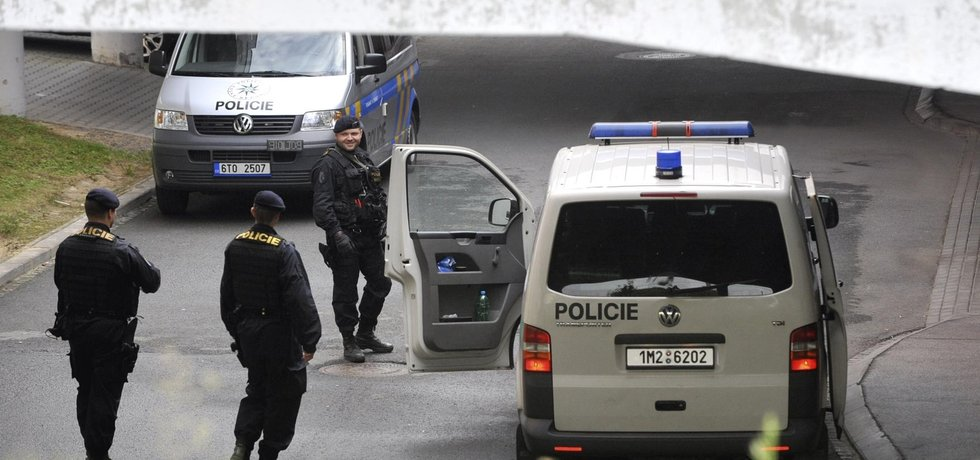 Policisté hlídkují před budovou soudu, ilustrační foto
