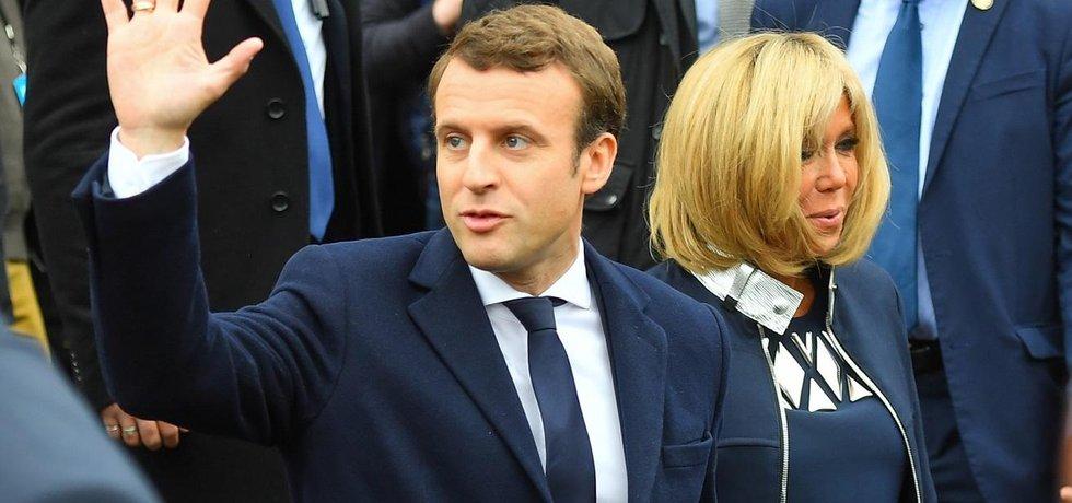 Emmanuel Macron s manželkou Brigitte zdraví své příznivce
