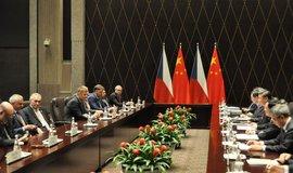 Česká delegace v čele s prezidentem Milošem Zemanem (třetí zleva) při setkání čínským prezidentem Si Ťin-pchingem (třetí zprava) 5. listopadu 2018 v Šanghaji.