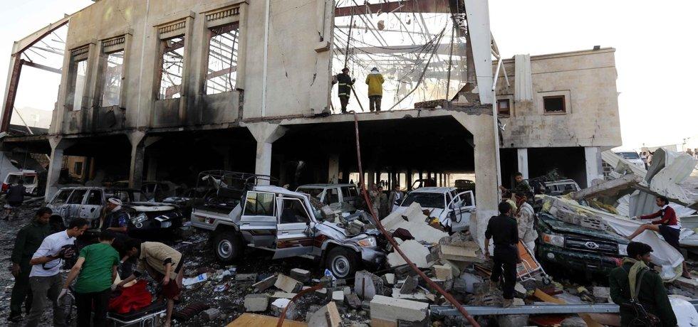 Podle OSN nálet arabské koalice vedené Saúdskou Arábií zabil více než 140 smutečních hostí na pohřbu otce člena povstalecké šíitské vlády v jemenské metropoli Saná.
