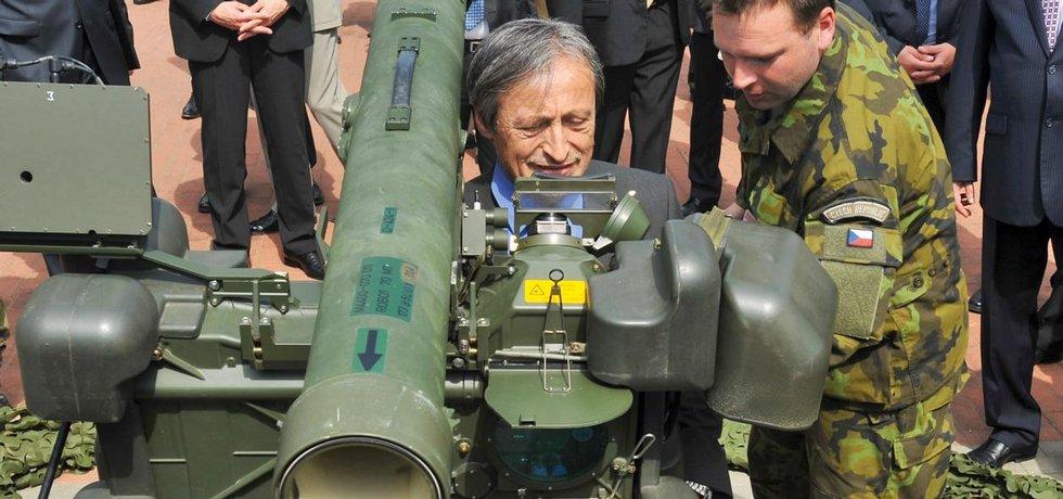 Ministr obrany Martin Stropnický (vlevo) si na brněnském veletrhu vojenské techniky IDET vyzkoušel ovládání přenosného protiletadlového kompletu RBS-70 švédské firmy Saab Bofors Dynamics.