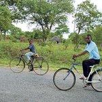 Zambijské děti. A nejoblíbenější dopravní prostředek Afriky
