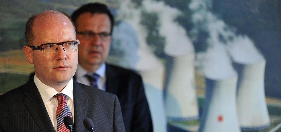 Premiér a dočasný ministr průmyslu a obchodu Bohuslav Sobotka a bývalý ministr Jan Mládek