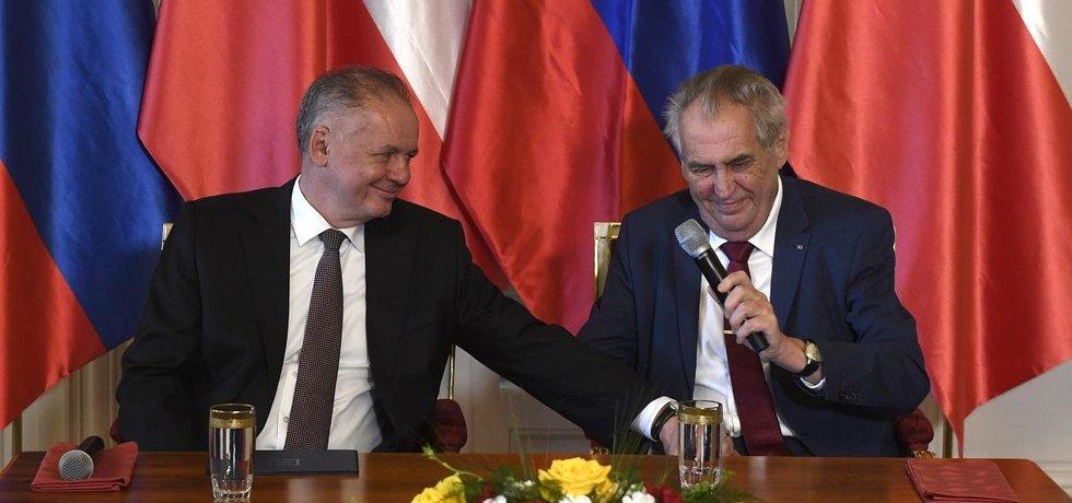 Prezident Miloš Zeman (vpravo) a končící slovenský prezident Andrej Kiska